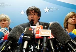 O líder catalão destituído, Carles Puigdemont, em coletiva de imprensa em Bruxelas Foto: YVES HERMAN / REUTERS