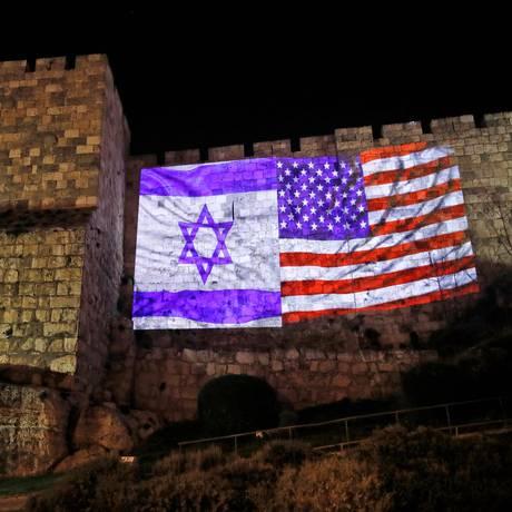 Bandeiras de Israel e Estados Unidos projetadas em muro da Cidade Velha de Jerusalém Foto: AHMAD GHARABLI / AFP