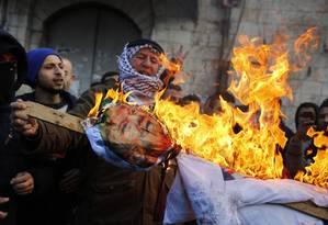 Manifestantes palestinos queimam boneco de Donald Trump em repreensão à decisão americana de reconhecer Jerusalém como capital de Israel Foto: JAAFAR ASHTIYEH / AFP