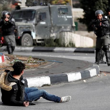 Palestino que esfaqueou policial israelense leva tiro após ataque Foto: GORAN TOMASEVIC / REUTERS