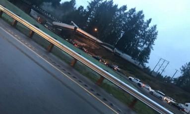 Trem descarrilha e invade estrada em Washington Foto: Reprodução/Twitter