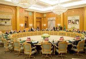 Rei Salman bin Abdulaziz al Saud reunido com líderes do governo no palácio de Yamama Foto: HANDOUT / REUTERS
