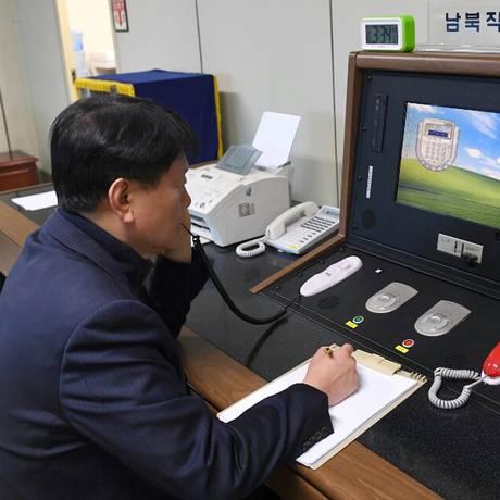 Agente do governo sul-coreano faz ligação para testar comunicação com autoridade norte-coreana em linha telefônica direta a partir da cidade fronteiriça de Panmunjom Foto: Yonhap / Via AP