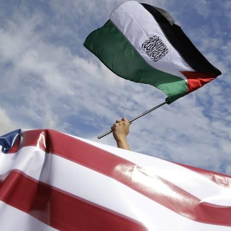 Manifestante ergue bandeira palestina em protesto contra decisão americana de reconhecer Jerusalém Foto: Aaron Favila / AP