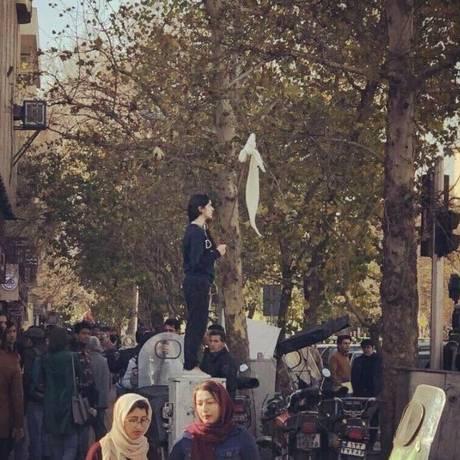 Jovem ergue seu véu no ar contra autoritarismo do governo do Irã Foto: Reprodução /