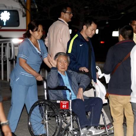O ex-presidente peruano Alberto Fujimori deixa o hospital após 12 dias de internação Foto: HANDOUT / REUTERS