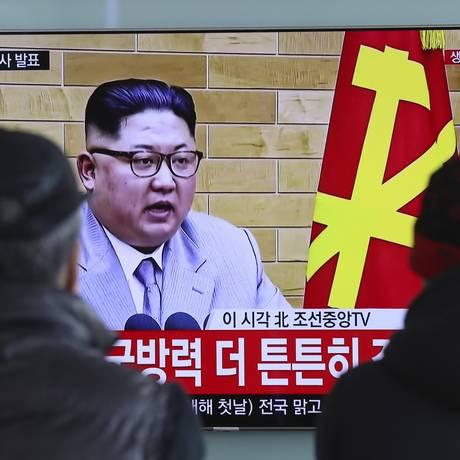 O líder norte-coreano Kim Jong-un em televisão sul-coreana na estação de trem de Seul Foto: Lee Jin-man / AP