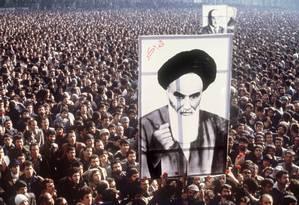 Em foto de 1º de janeiro de 1979, manifestantes em protesto contra o xá Mohammad Reza Pahlavi elevam imagem do aiatolá Ruhollah Khomeini, em Teerã Foto: - / AFP