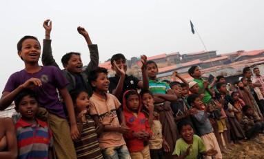 Crianças rohingya assistem a jogo de futebol no campo Palong Khali, perto da cidade de Cox's Bazar, em Bangladesh Foto: Tyrone Siu / REUTERS