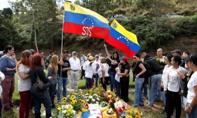 Parentes e apoiadores comparecem ao túmulo do piloto rebelde venezuelano Óscar Pérez em Caracas, após enterro realizado sem autorização da família Foto: MARCO BELLO / REUTERS