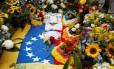 Bandeira venezuelana e flores sobre o túmulo de Óscar Pérez, piloto que se rebelou contra o governo de Nicolás Maduro Foto: MARCO BELLO / REUTERS