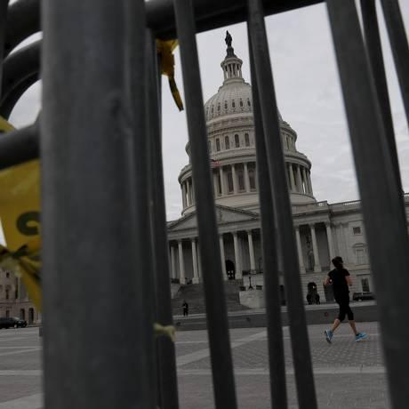 Grades no entorno do Congresso americano durante a paralisação de fundos federais Foto: LEAH MILLIS / REUTERS