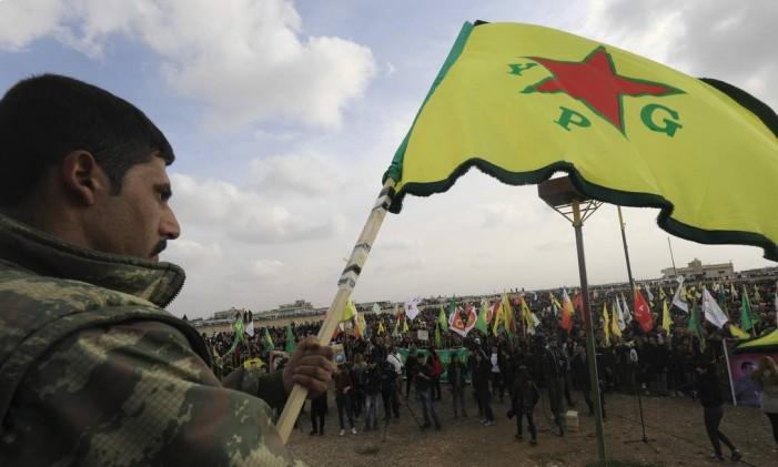 Integrante da YPG em manifestação de militantes curdo-sírios em Amuda Foto: DELIL SOULEIMAN / AFP
