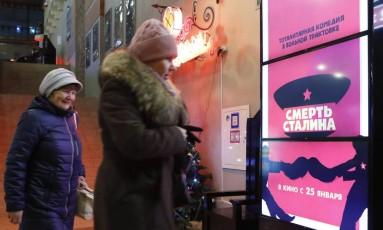 Cartaz do filme 'A morte de Stálin' em um cinema de Moscou Foto: SERGEI KARPUKHIN / REUTERS
