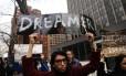 Manifestantes protestam a favor da permanência dos dreamers, jovens que chegaram aos EUA ilegalmente na infância, acompanhados dos pais
