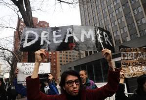 Manifestantes protestam a favor da permanência dos dreamers, jovens que chegaram aos EUA ilegalmente na infância, acompanhados dos pais Foto: SPENCER PLATT / AFP