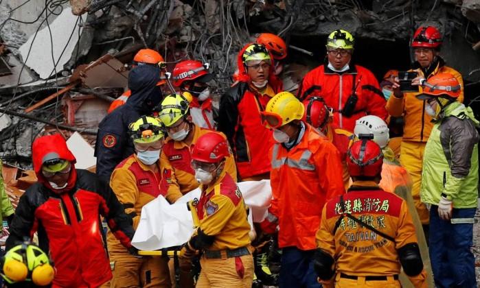 Equipe de emergência retira cordo de escombros de hotel que desabou em Hualien- TYRONE SIU  REUTERS