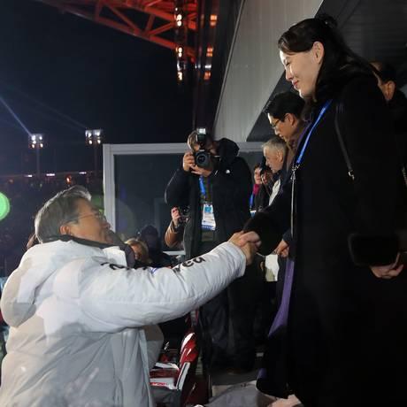 O presidente sul-coreano Moon Jae-in cumprimenta a irmã de Kim Jong-un, Kim Yo-jong Foto: Kim Ju-sung / AP