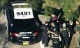 Nikolas Cruz é levado pela polícia após matar 17 pessoas na escola Marjory Stoneman Douglas, em Parkland, na Flórida Foto: AP