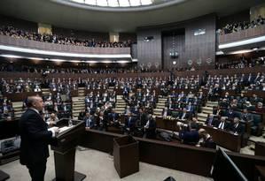 O presidente turco Tayyip Recep Erdogan em pronunciamento ao Parlamento sobre a ofensiva das Forças Armadas na região síria de Afrin Foto: HANDOUT / REUTERS