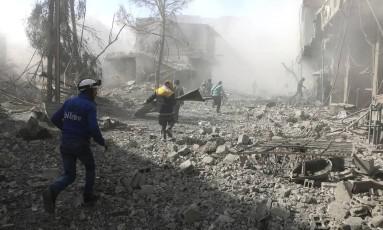 Destruição pelas ruas da região de Ghouta, subúrbio da capital síria Damasco Foto: AP
