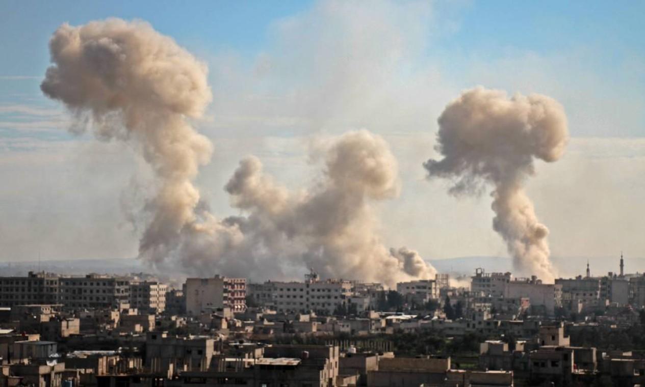 Fumaça de bombardeios entre os prédios de Ghouta Oriental, no subúrbio da capital síria Damasco: mais de 500 mortos em apenas uma semana de fevereiro Foto: HAMZA AL-AJWEH / AFP