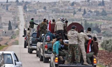 Comboio de combatentes pró-regime sírio segue em direção a Afrin Foto: GEORGE OURFALIAN / AFP