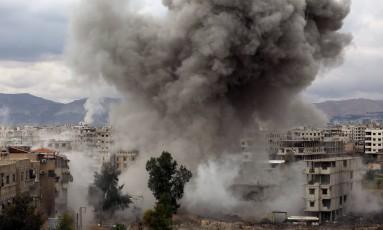 Fumaça de ataques em Kafr Batna, na região de Ghouta Oriental Foto: AMER ALMOHIBANY / AFP