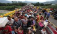 Venezuelanos cruzam ponte entre San Antonio del Tachira, na Venezuela, e o norte de Santander, na Colômbia Foto: GEORGE CASTELLANOS / AFP