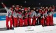 Voluntários posam no pódio ao fim de uma competição olímpica em Pyeongchang, na Coreia do Sul Foto: MURAD SEZER / REUTERS