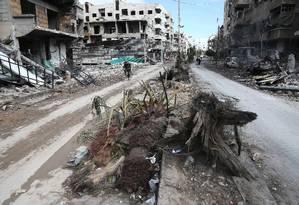 Prédios destruídos na cidade de Hamouria, na região de Ghouta Oriental, cercada pelo regime sírio Foto: ABDULMONAM EASSA / AFP