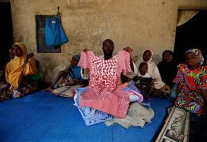 Kachalla Bukar, pai de Aisha Kachalla, segura vestido da filha sequestrada pelo Boko Haram Foto: AFOLABI SOTUNDE / REUTERS