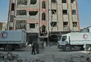 Primeiro comboio humanitário chega a Ghouta Oriental para atender número reduzido de civis Foto: HAMZA AL-AJWEH / AFP