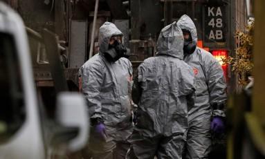 Equipe militar usa proteção em investigação sobre ataque com gás nervoso contra o ex-espião russo Sergei Skripal Foto: ADRIAN DENNIS / AFP