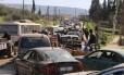 Civis sírios pegam a estrada para fugir de Afrin em meio a cerco do Exército da Turquia que avança contra região dominada pela milícia curda das YPG