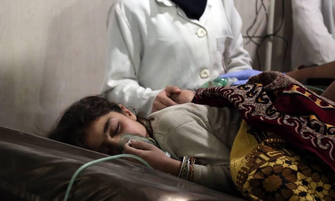 Menina síria com dificuldade respiratória recebe tratamento em clínica em Ghouta Oriental, no subúrbio da capital síria Damasco Foto: AMMAR SULEIMAN / AFP