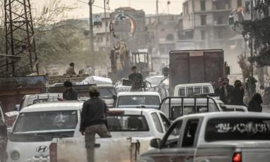Carros de combatentes rebeldes sírios em Afrin Foto: BULENT KILIC / AFP