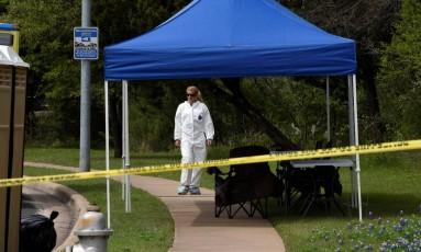 Agente do FBI na cena do crime de uma das explosões de correspondência em Austin, no Texas Foto: SERGIO FLORES / REUTERS