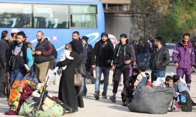 Rebeldes sírios evacuam distrito de Qadam, em Damasco. Apesar de ter sido resultado de um acordo com governo, foi oportunidade para avanço do Estado Islâmico Foto: OMAR HAJ KADOUR / AFP