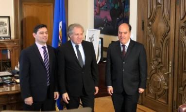 O secretário-geral da OEA, Luis Almagro, entre os opositores venezuelanos Carlos Vecchio (esq.) e Julio Borges (dir.), ex-presidente da Assembleia Nacional da Venezuela Foto: Henrique Gomes Batista