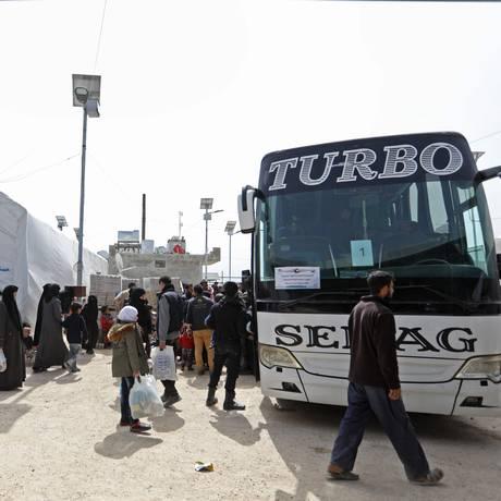Civis sírios retirados de Ghouta Oriental desembarcam em campo de refugiado em Maaret al-Ikhawan, na província de Idlib Foto: OMAR HAJ KADOUR / AFP