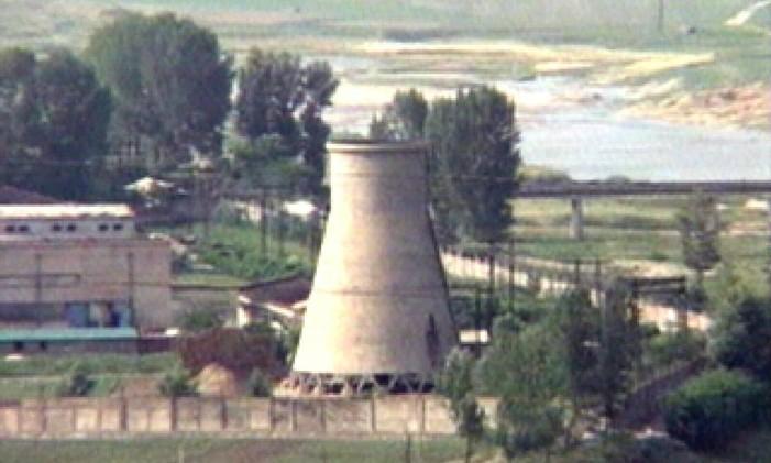 Foto de arquivo mostra torre de reator no complexo nucelar de Yongbyon na Coreia do Norte Foto: AP / 2008