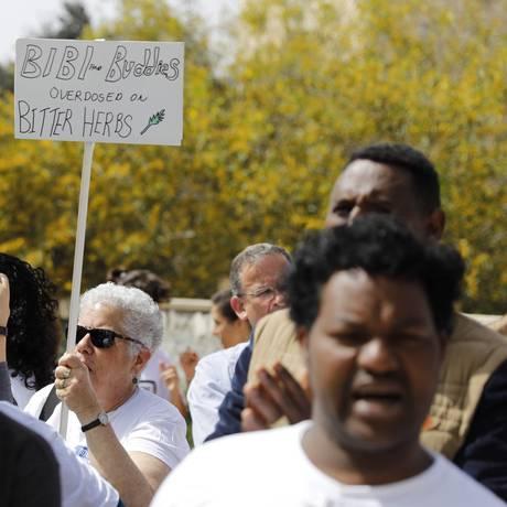 Migrantes africanos se reúnem em frente ao gabiente do premier israelense Benjamin Netanyahu para protestar contra plano de deportação Foto: MENAHEM KAHANA / AFP