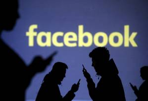 Silhuetas de usuários em frente à logomarca do Facebook Foto: DADO RUVIC / REUTERS