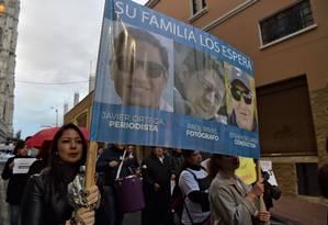 Em protesto em Quito, equatorianos pedem liberdade do repórter Javier Ortega, do fotógrafo Paul Rivas e do motorista Efraín Segarra Foto: RODRIGO BUENDIA / AFP
