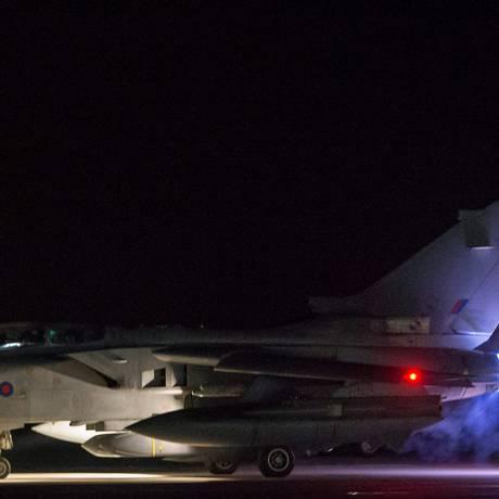 Imagem divulgada pelo Ministério da Defesa do Reino Unido mostra um caça modelo Tornado GR4 decolando para o ataque contra alvos na Síria: quatro aviões foram usados, lançando um total de oito mísseis do tipo Storm Shadow Foto: Cabo L. MATTHEWS / AFP