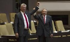 O líder cubano Raúl Castro ergue o braço de Miguel Díaz-Canel, eleito para sucedê-lo na Presidência de Cuba Foto: HO / AFP