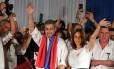 O novo presidente do Paraguai, Mario Abdo Benitez, do Partido Colorado, com a mulher Silvana Lopez Moreira Foto: EITAN ABRAMOVICH / AFP