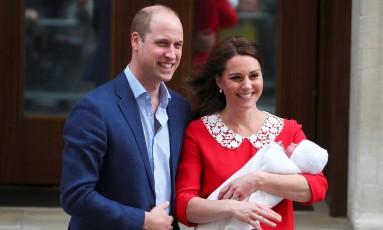 Kate Middleton e o príncipe William deixam a maternidade com o novo bebê Foto: HANNAH MCKAY / REUTERS
