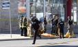Agentes de segurança isolam área de atropelamento em massa em Toronto Foto: STRINGER / REUTERS
